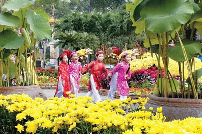 Vietnamese kids New Year áo dài